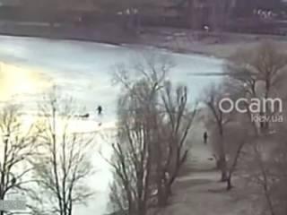 Появилось видео, как в Киеве едва не погибли фанатеющие от селфи школьницы