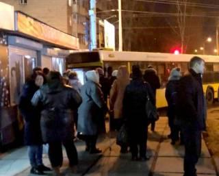 В киевском спальнике автобус, набитый пассажирами, въехал в зоомагазин