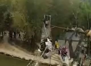 В Китае нерадивые туристы обрушили мост