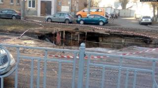 Огромная дыра посреди дороги изменила маршруты четырех троллейбусов на Чоколовке