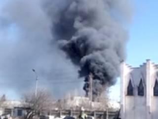 В Симферополе вспыхнул гигантский пожар на заводе пластмасс