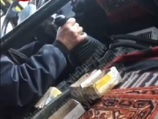 В Киеве водитель прямо на ходу кирпичом чинил маршрутку