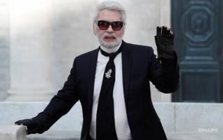 СМИ узнали, почему Лагерфельд всегда носил перчатки, и никогда – шляпы