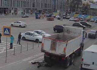 В Днепре грузовик раздавил женщину: появилось видео момента ДТП (18+)