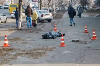 На Лесной в Киеве нашли замерзшую бездомную, а на Троещине посреди улицы умер мужчина