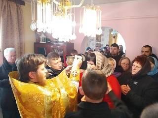 На Волыни в первое воскресенье после захвата храма верующие УПЦ молились в доме настоятеля