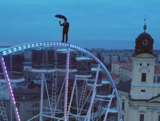 В Венгрии загадочный акробат прогулялся по движущемуся колесу обозрения