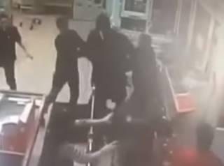 Стенка на стенку: драка продавцов и воришек в одном из московских магазинов развеселила соцсети