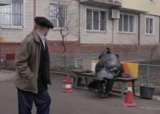 В Днепре пенсионер умер на лавочке у себя под домом