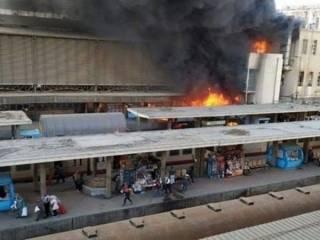 Люди бегали, пылая как факелы. Появилось видео момента взрыва поезда в Каире (18+)