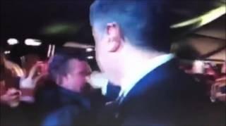Порошенко ущипнул человека за нос