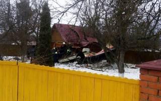 В Подмосковье самолет рухнул на жилой дом