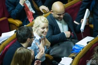 Аккурат перед выборами из фракции Порошенко сбежали сразу три депутата