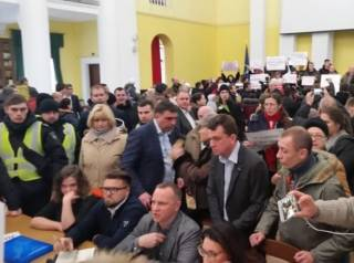 «Против застроек»: активисты захватили колонный зал Киевсовета