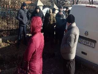 На Тернопольщине сторонники ПЦУ забаррикадировали дом настоятеля религиозной общины УПЦ