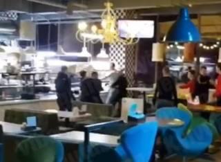 В одном из столичных ресторанов посетитель подрался с охраной из-за разбитого микрофона для караоке