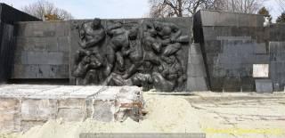 В Сети появилось видео сноса стелы монумента боевой славы советских войск во Львове