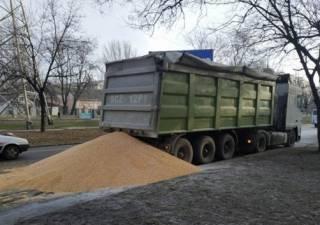 Одну из улиц Николаева засыпало тоннами кукурузы