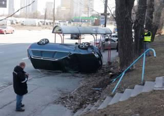 В Киеве иномарка протаранила остановку общественного транспорта
