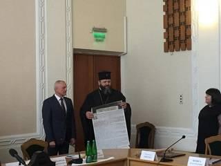 Главе Волынской ОГА подарили копию Томоса с памятной надписью
