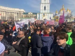 В центре Киева радикалы устроили драку с феминистками