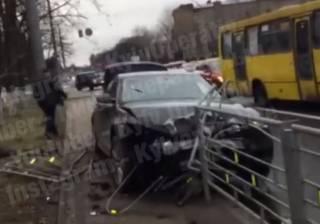 В Киеве автомобиль протаранил забор возле посольства России