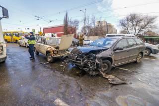В Киеве возле трамвайной остановки сбили женщину и крошечную девочку