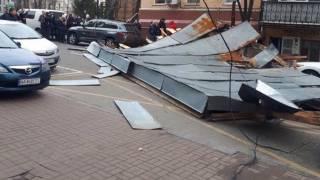 Мощный ветер в Киеве уже срывает крыши и валит деревья