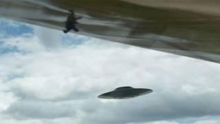 Пассажир самолета снял на видео НЛО, который летел рядом
