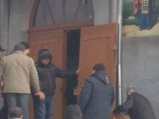 В Ровенской области сторонники ПЦУ срезали замки с храма УПЦ