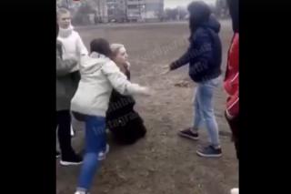 В Киеве школьницы руками и ногами избили свою одногодку, снимая все на видео