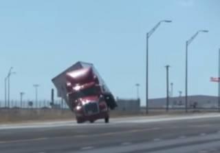 Сильный ветер буквально сдул грузовик в Техасе