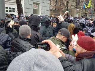 Нацкорпус при помощи «свиней» атаковал здание администрации Порошенко