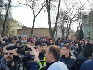 В Киеве «титушки» напали на противников Порошенко