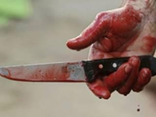 В Киеве задержали мужчину, который разгуливал по улице с двумя окровавленными ножами