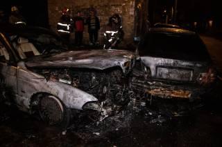 Ночью на окраине Киева сожгли два авто на «евробляхах»