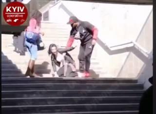 В центре Киева второй день подряд ловят с поличным уличных воровок. Дело дошло до мордобоя