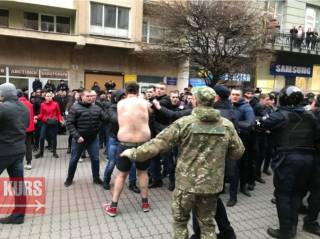 В Ивано-Франковске Нацкорпус устроил «теплый прием» Порошенко. Пришлось вмешаться полиции