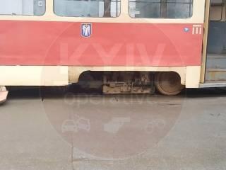 В Киеве у трамвая на ходу отвалилось колесо