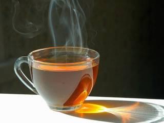 Онкологи объяснили, почему опасно пить горячий чай