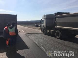 Под Одессой грузовик раздавил дорожного работника