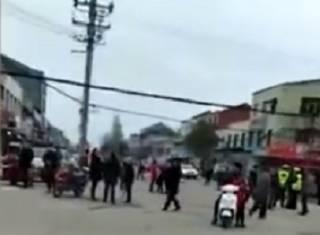 В Китае автомобиль протаранил толпу людей – копы пристрелили водителя на месте инцидента
