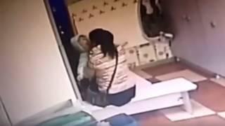 Возмущенные родители опубликовали в Сети видео издевательств воспитательницы над детьми (18+)