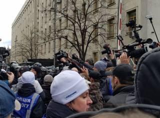 В Киеве многотысячная толпа пыталась прорваться к Администрации Порошенко