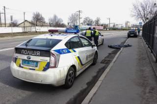 На киевском Подоле автомобиль прямо на пешеходном переходе насмерть сбил молодого парня (18+)