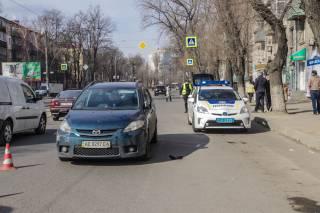 Жители Днепра едва не учинили самосуд над водителем, который сбил женщину на пешеходном переходе и пытался сбежать с места ДТП