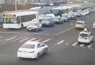 В Нур-Султане произошло ДТП с тремя автобусами: появился момент аварии