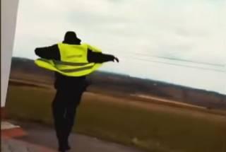 На Буковине полицейский пытался съесть взятку и убежать от водителя