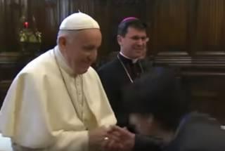 Появилось видео, как Папа Римский не дает прихожанам целовать свой перстень