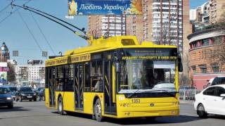 В Киеве школьники экстремально прокатились на троллейбусе